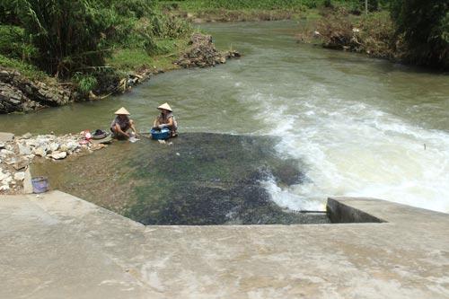 Người dân giặt giũ trực tiếp trên dòng nước luôn nè.