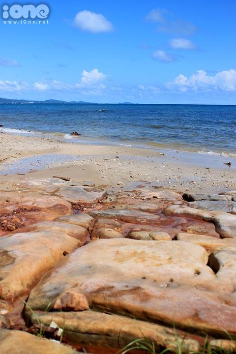 Dọc bãi biển có rất nhiều bãi đá vô cùng đẹp í.