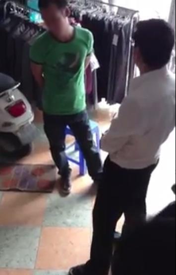 Vụ chàng trai nhờ bạn (áo xanh) tới nhà người yêu cũ đòi quà sau khi chia tay gây xôn xao vào giữa tháng 11.