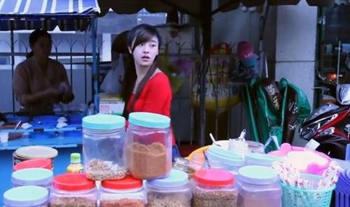 Cô gái xinh xắn bán bánh tráng ở Đà Lạt. Ảnh chụp màn hình.