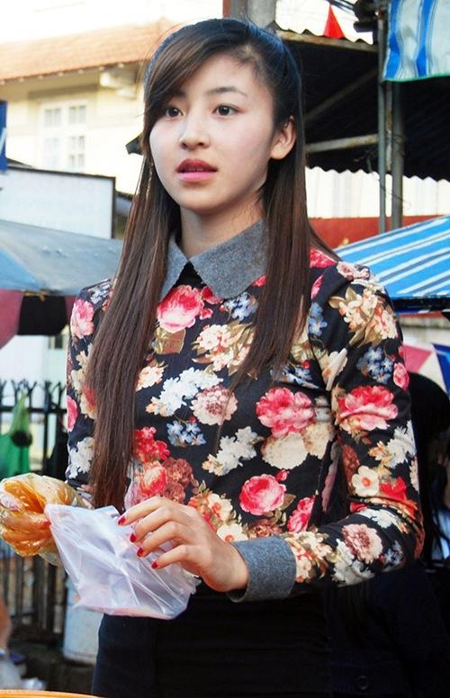 Vẻ xinh xắn của cô gái 19 tuổi phụ mẹ bán bánh tráng. Ảnh: FB