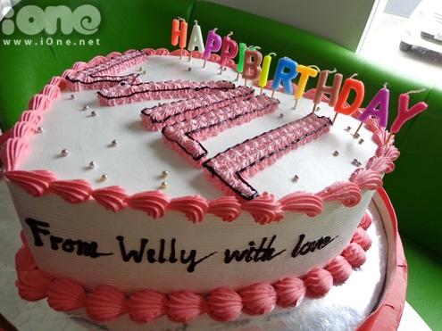 7/11 mới là ngày sinh nhật nhưng từ ngày 20/11, các fan của Will  thành viên 365 band bất ngờ đến phim trường tổ chức sinh nhật sớm cho anh chàng. Chiếc bánh kem có dòng chữ Willy with love được viết trang trọng thể hiện sự yêu mến của các bạn fan với thần tượng.