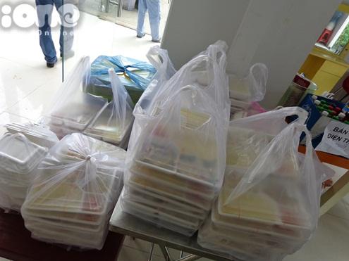 ừ sáng sớm, các bạn fan đã tập trung sớm cùng nhau chuẩn bị 70 suất cơm gà Nha Trang và trái cây để mang đến cho cả đoàn phim Bếp hát. Các phần cơm được chuẩn bị cẩn thận, ngay ngắn.