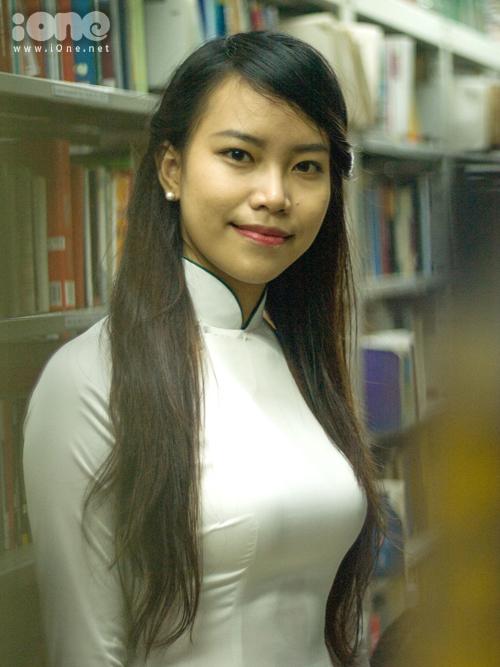 Năm 2012, được bạn bè và thầy cô khuyến khích tham dự cuộc thi tài năng, thanh lịch cấp trường, cô bạn ra sức luyện tập và giành được danh hiệu Hoa khôi ở cuộc thi Hoa khôi khoa Ngữ văn, tiến đến giành giải thưởng tương tự ở cuộc thi cấp trường.