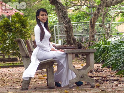 Nữ nhà báo tương lai đẹp dịu dàng trong bộ ảnh với áo dài trắng.