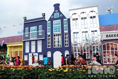 Những ngày qua, giữa lòng Sài Gòn chợt mọc lên 1 ngôi làng thu nhỏ của đất nước Hà Lan trứ danh. Tại đây, các teen không những có dịp pose ảnh, mà còn được tìm hiểu thêm về văn hoá đất nước này thông qua các hoạt động vui chơi và ẩm thực.