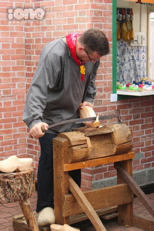 1 anh chàng người Hà Lan đang trổ tài làm guốc gỗ của mình. Đây là 1 trong những bộ phận quan trọng nhất trong bộ trang phục truyền thống của người Hà Lan. Cách ăn mặc điển hình của họ là váy nhiều tầng hoặc quần ống rộng, chân đi guốc gỗ.