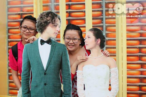 Những hình nộm đám cưới cũng được teen thích thú pose ảnh lưu niệm.