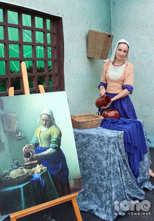 ô gái người Hà Lan đang mô phỏng lại hình ảnh của bức tranh người phụ nữ đang làm bánh.
