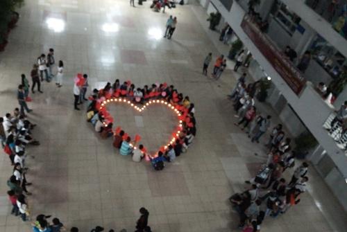 Màn tỏ tình công phu với nến và bong bóng thu hút hàng trăm sinh viên Hutech chú ý. Ảnh: FB