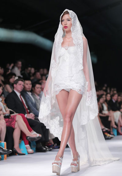 Phần thân ngang của váy bị xếch lên theo từng chuyển động chân của Minh Tú mang lại nét phản cảm đáng tiếc cho chiếc váy
