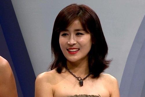 Jang Jin hiện tại trông như một quý cô giàu sang với vẻ ngoài đậm chất quý phái cùng gương mặt tươi tắn, ưa nhìn.