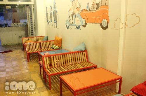 Khu vực tầng trệt được bày trí đơn giản bằng những dãy ghế gỗ.