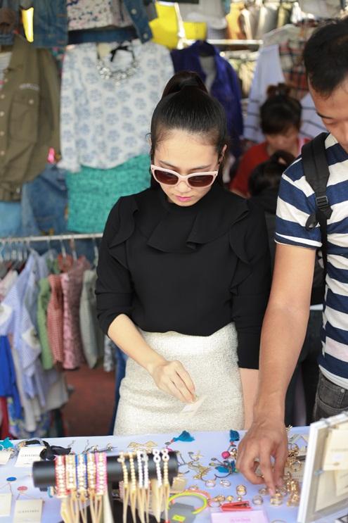MC Thanh Thảo cũng hào hứng chọn lựa những món trang sức dễ thương cho mình.