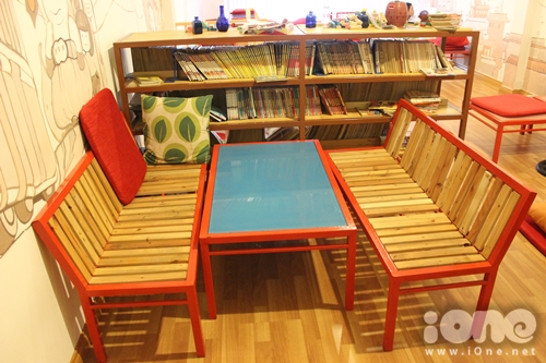 Kệ sách đặt cạnh bên chỗ ngồi để teen dễ dàng với tay chọn những quyển truyện yêu thích đấy.