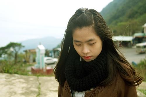 Cô gái sở hữu khuôn mặt dễ thương, mái tóc đen mượt này còn là chủ quán cà phê dành cho các bạn trẻ đam mê nhạc acoustic.