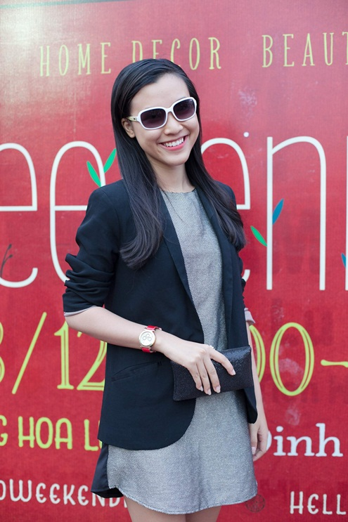 Hoàng Oanh rạng rỡ với váy kết hợp vest đen thanh lịch. Cô nàng trông trẻ trung, lạ mắt với đồng hồ và chiếc mắt kính dễ thương.