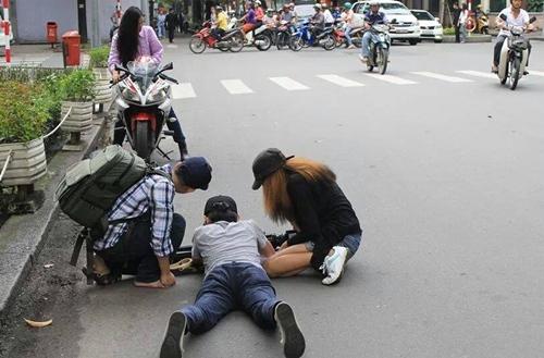 Luk Vân lăn lộn cùng ekip của mình để tạo ra những tác phẩm phim ngắn lung linh.