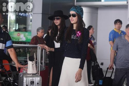 Trưa ngày 11/12, mỹ nhân chuyển giới Thái Lan - Nong Poy đã đến Việt Nam sau chuyến quản bá phim của mình tại Hồng Kông