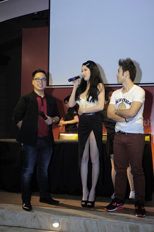 Chị được mời lên sân khấu để chia sẻ những cảm nghĩ khi đến sự kiện. Bên phải là Akira Phan với phong cách năng động