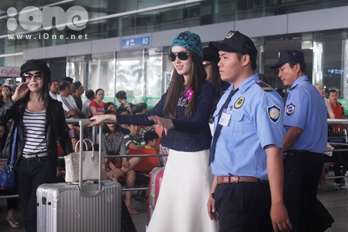 Xuất hiện tại sân bay với vẻ ngoài tươi tắn, Nong Poy nhanh chóng nhận được sự chú ý của mọi người tại sân bay