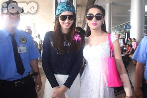 Lâm Chi Khanh xuất hiện ở sân bay để đón NongPoy với 1 cánh tay băng bó. Vì cô gặp chấn thương khi tập luyện vào khuya đêm qua.