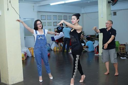 Thanh xà Nhật Kim Anh cùng luyện múa với bạch xà.