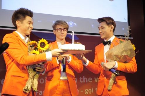 Hôm qua cũng là sinh nhật của ST. Anh chàng hạnh phúc khi được mừng sinh nhật trên sân khấu.