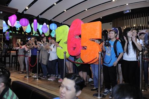 Fan 365 đến khá đông để gặp gỡ thần tượng. Đến tiết mục của 365, họ nhiệt tình đứng lên để cổ vũ cho sung. Đáp lại tình cảm của fan, 365 dành tặng những ca khúc mới vui tươi, sôi động.