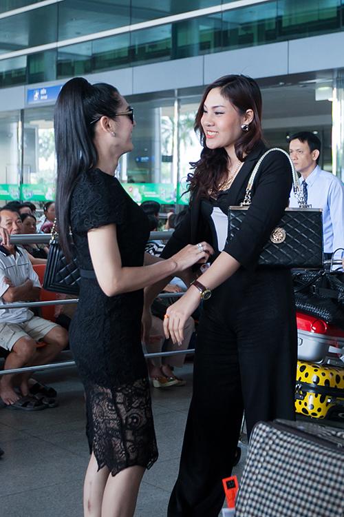 Trưa ngày 10/12, người đẹp chuyển giới Bell Nuntita - người từng gây sốt tại Thailand's Got Talent cũng đã đáp chuyến bay đến Tp.HCM theo lời mời của Lâm Chi Khanh