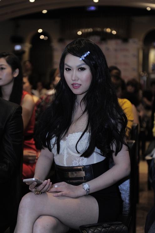 """Phi Thanh Vân gợi cảm với trang phục siêu ngắn và có phần """"sến súa"""". Giọng ca Da nâu được đánh giá ngày càng xinh đẹp hơn."""