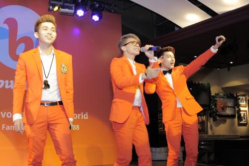 Nhóm 365 với bộ vest cam nổi bật khuấy động không khí với những bản hit quen thuộc nhu No love no live, Saigon Hare We Come...