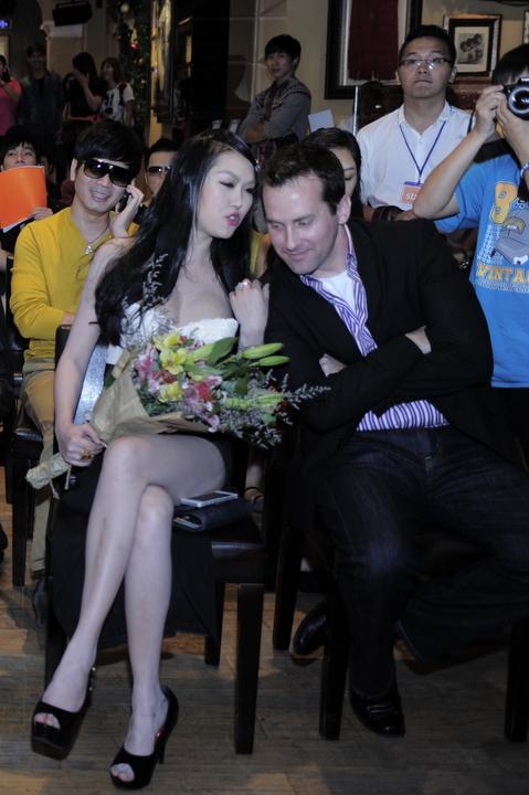 Nữ diễn viên tự tin giao tiếp tiếng Anh với một vị khách nước ngoài cùng tham gia chương trình.