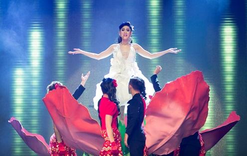 Lâm Chi Khanh xuất hiện trong phần mở màn.