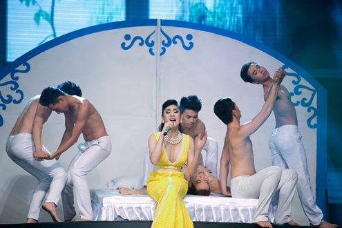 Màn phụ hoa của các vũ công nam cùng Lâm Chi Khanh.