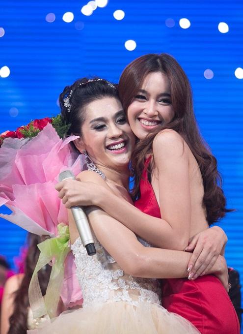 Nong Poy quyến rũ lên chúc mừng nữ ca sĩ Lâm Chi Khanh.