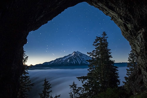 Chiếc hang này là địa điểm ngắm nhìn ngọn núi lửa đã tắt Jefferson tuyết phủ lý tưởng trong khu rừng Willamette.