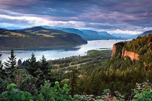 Ngôi nhà nhỏ trên vách đá như đang mơ màng đón nắng bình minh cùng con đèo nhìn xuống dòng sông Columbia xanh thẳm.