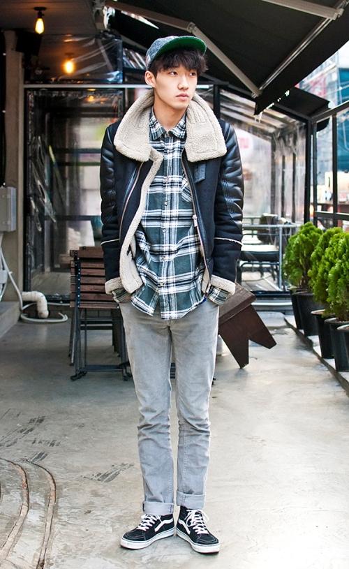 Bạn cũng có thể chọn phối cùng áo sơ mi, giày thể thao và mũ lưỡi trai để tạo phong cách khỏe khoắn.