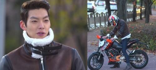 Young Do trông thật mạnh mẽ với áo khoác da cổ lông bên cạnh chiếc moto của mình.