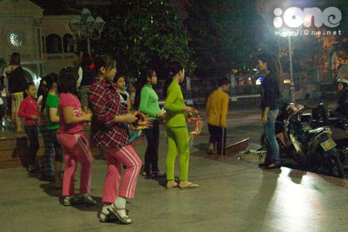 Các em thiếu nhi Nhà thờ đang tập kịch, các tiết mục múa hát chuẩn bị cho Lễ Giáng sinh tại nhà thờ Chính tòa, đường Trần Phú.