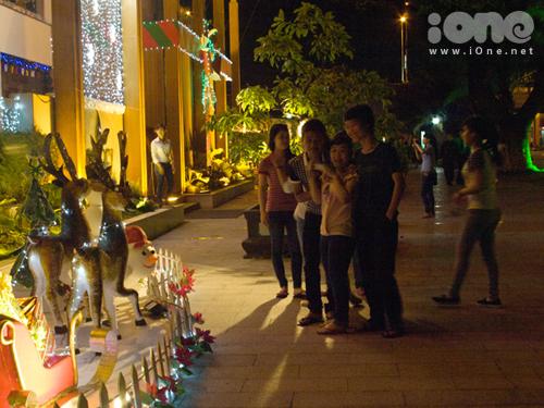 Nhiều nhóm bạn rục rịch dạo chơi, ngắm phố phường, chụp ảnh bên các trang trí Giáng sinh mở tại các tiệm cafe, quán bar, nhà hàng.