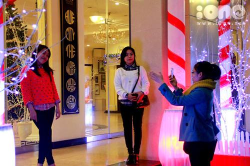 Các teen-girl xúng xính áo ấm, khăn choàng, pose hình bên các sắp đặt Giáng sinh.
