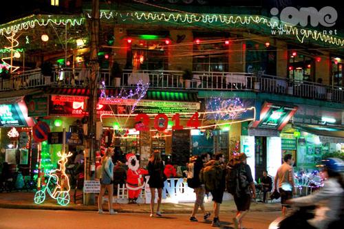 Các nhà hàng, quán bar ở khu phố Tây trên đường Lê Lợi, Phạm Ngũ Lão được trang trí lộng lẫy.