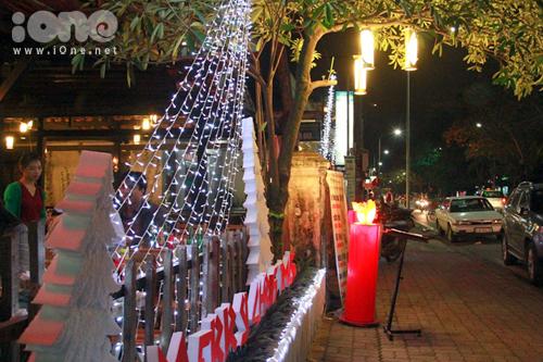 Không khí Giáng sinh đang ngập tràn ở nhiều cung đường tại thành phố Huế.