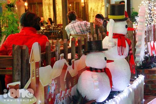 Người tuyết ngộ nghĩnh ở cửa ra vào một tiệm ăn báo hiệu mùa Noel an lành và ấm cúng đang đến gần.