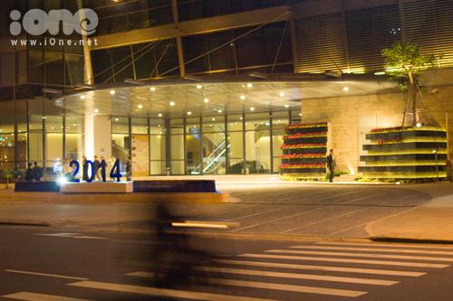 Tại Đà Nẵng, các trung tâm thương mại, siêu thị, khách sạn... rục rịch trang hoàng Giáng sinh từ đầu tháng 12. Ảnh: tiền sảnh một khách sạn lớn trên đường Bạch Đằng được trang trí tối giản, hài hòa trong không gian kiến trúc hiện đại với những giàn hoa trạng nguyên bằng gỗ nhiều tầng cùng dãy số 2014 biểu thị cho năm mới sắp đến.
