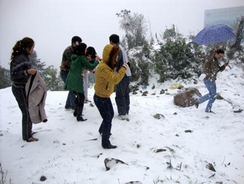 Giới trẻ thích thú đùa nghịch trong tuyết. Đến 2h chiều, tuyết bắt đầu tan dần.