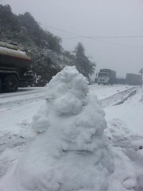 Tuyết tích tụ thành từng mảng bên đường, giao đi lại khó khăn gio đường trơn tuột. Nhiều nơi còn xuất hiện mưa phùn và sương mù khá dày.