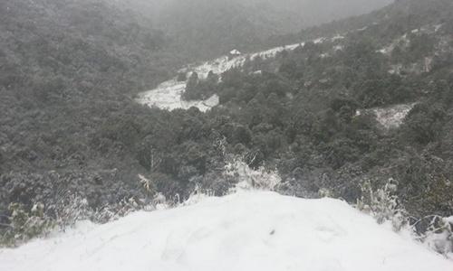 Nhìn từ các đỉnh đồi, có thể thấy Sapa đang dần nhuốm màu tuyết trắng.